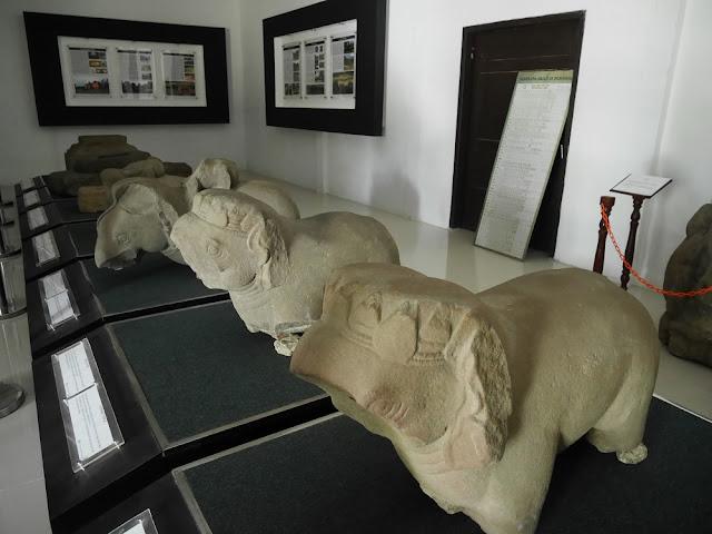 Beberapa peninggalan yang dipajang di gedung koleksi Muari Jambi