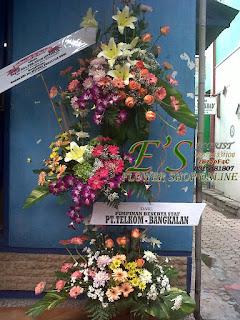 rangkaian bunga standing flower susun tiga serah terima jabatan