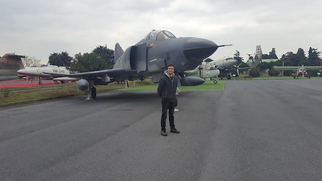 Harun İstenci McDonnell Douglas F-4 Phantom II savaş uçağı önünde, İstanbul Havacılık Müzesi.