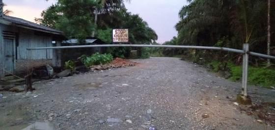 Warga Siduampan Tutup Jalan Ke PT BTN,Ini Alasannya