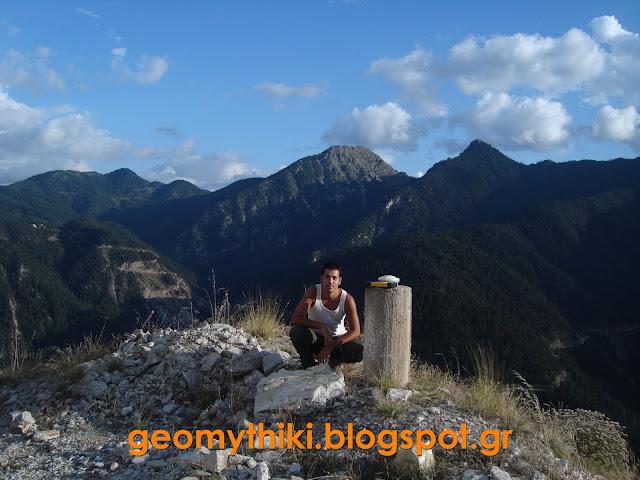 """Τα τσιμεντένια """"κολονάκια"""" στις κορυφές βουνών και λόφων. Τι είναι, ποιος τα κατασκεύασε και σε τι χρησιμεύουν."""