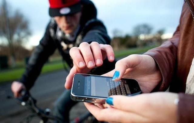 Mulher tem celular roubado por homens de bicicleta em Cacoal