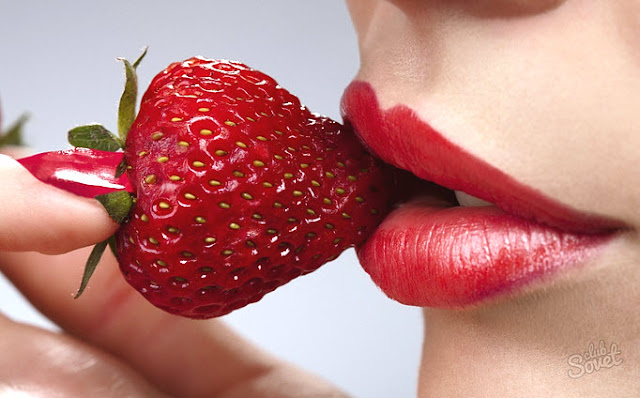 Manfaat strawberry yang belum anda tahu  Selama ini strawberry diidentikan sebagai buah sumber vitamin c yang baik untuk meningkatkan daya tahan tubuh. Di Indonesia strawberry sering sekali di budi dayakan bahkan di jadikan tempat wisata. Buah strawberry ini memang bisa di jadikan berbagai jenis makanan seperti selai ,kue, sirup dan berbagai makanan lainnya dan banyak sekali manfaat strawberry yang harus anda tahu.  Ternyata bukan hanya itu saja, strawberry terbukti mampu meredakan stress yang anda alami. Itu di karenakan strawberry  mengandung banyak asam folat yang dapat mencegah kelebihan homosistein dalam tubuh, yaitu zat yang menghambat produksi hormon bahagia, seperti serotonin, dopamin dan norepinephrine. Bukan hanya itu saja, strawberry memiliki banyak keistimewaan lain seperti berikut ini:  Mencegah penyakit kanker  strawberry di kenal dengan buah yang manis, dan banyak sekali mengandung Vitamin C yang baik untuk kesehatan dan kaya akan antioksidan, yang dapat melawan radikal bebas. Radikal bebas merupakan salah satu penyebab utama terjadinya penyakit kanker pada tubuh. Selain menangkal radikal bebas, antioksidan dalam strawberry juga mampu mencegah terjadinya inflamasi pada tubuh.  Mencegah penyakit diabetes  strawberry juga termasuk buah dengan indeks glikemik yang rendah, yang dapat membantu menurunkan kadar gula dalam darah Anda. Selain itu, serat yang terdapat dalam strawberry  juga dapat mengontrol nafsu makan Anda yang berpotensi untuk menaikkan kadar gula darah.  Maka strawberry merupakan buah yang cocok dikonsumsi oleh penderita diabetes. Bukan hanya itu mengkonsumsi strawberry juga dapat membentu agar anda tetap merasa segar, karena rasanya yang manis.  Menurunkan tekanan darah  Kandungan kalium yang tinggi yang terdapat dalam strawberry dapat menurunkan tekanan darah pada tubuh Anda yang menderita penyakit darah tinggi. Jadi bagi anda yang menderita penyakit darah tinggi di anjurkan untuk mengkonsumsi buah ini.  Karena kalium yang terkandung dala