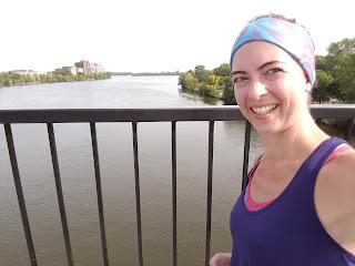 Coureuse souriante, l'été, pont Viau, rivière des Prairies