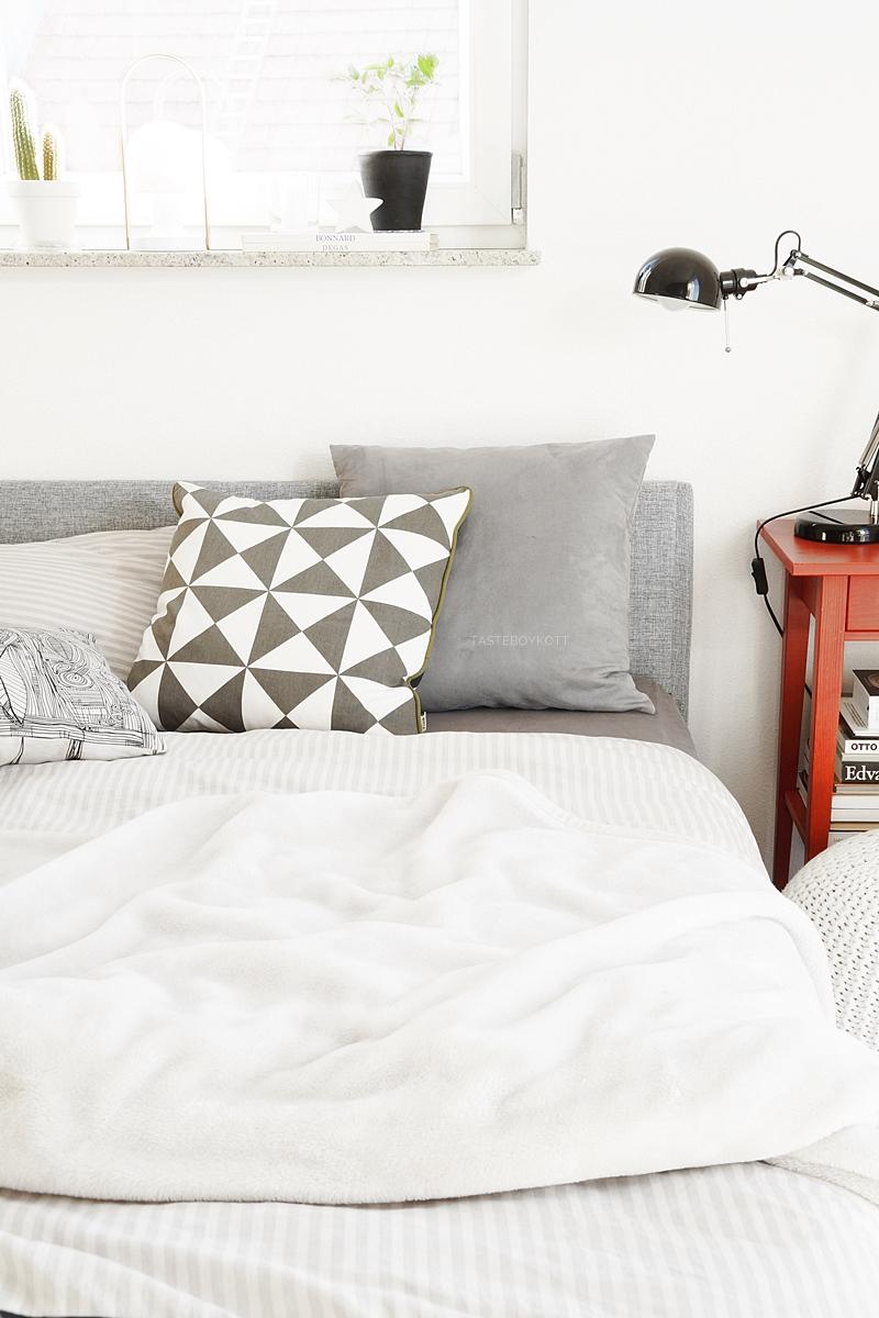 Schlafzimmer mit rotem Farbtupfer und mein neuestes Designobjekt: ein Arne Jacobsen Wecker. Tasteboykott.