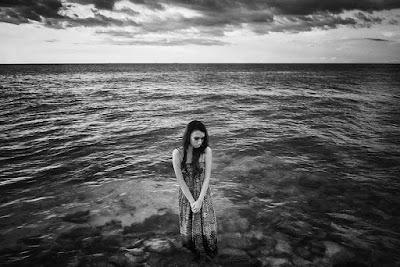 contoh foto high angle cewek igo konsep foto galau ditinggalkan pacar berdiri di tepi pantai
