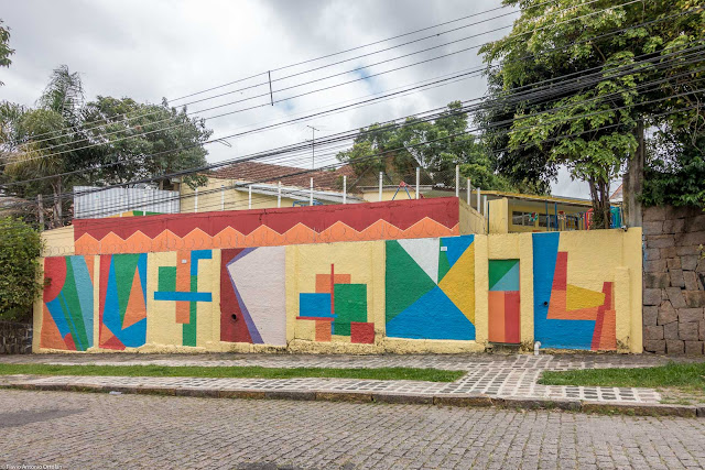 Um muro com desenhos geométricos