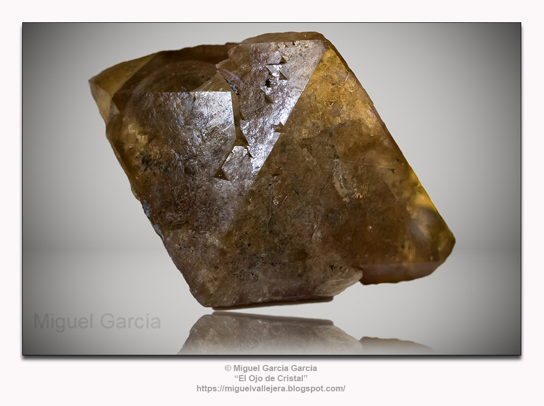 Cristal de Scheelita (CaWO₄). Mina Turmalina - Piura