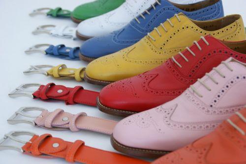 ccaadf8df63 En zo heeft O'Quirey nog meer opmerkelijke schoenen zoals nette beige suede  schoenen met een rode zool. Het zijn vooral de kleuren die O'Quirey schoenen  hip ...