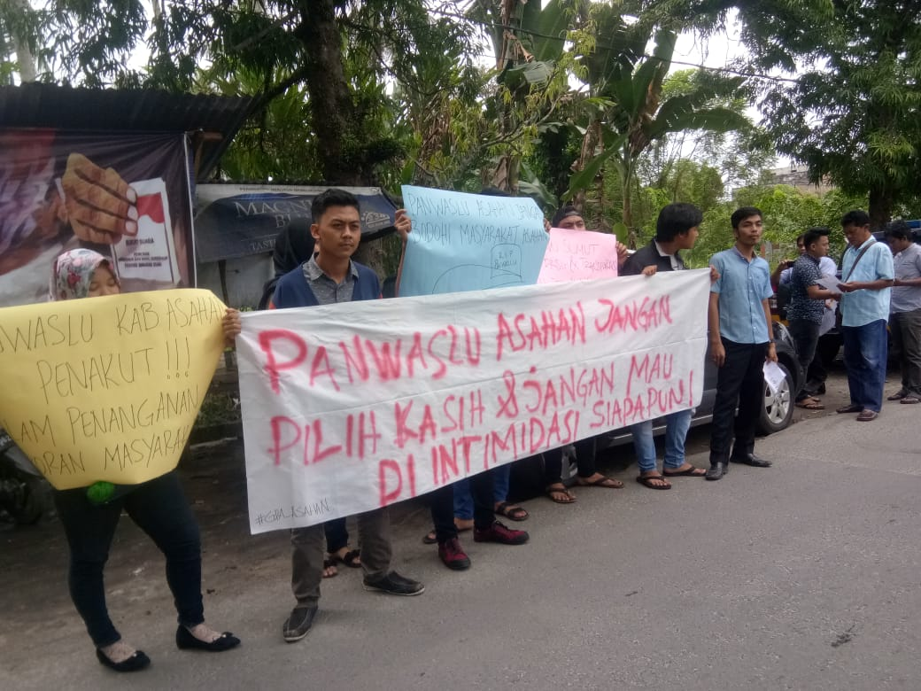 Warga yang menggelar aksi di kantor Panwaslu Asahan.
