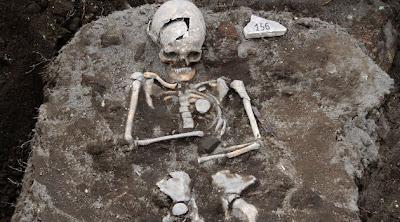 Resultado de imagem para Esqueletos humanos gigantes são encontrados em um túmulo milenar ao norte do Cáucaso