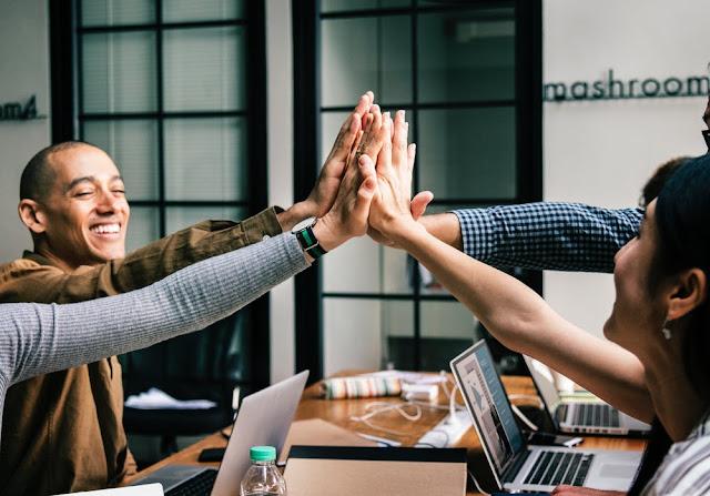 Współpraca w zespole i zdrowa atmosfera w pracy to prosta doroga do szczęścia i zaangażowania pracowników.