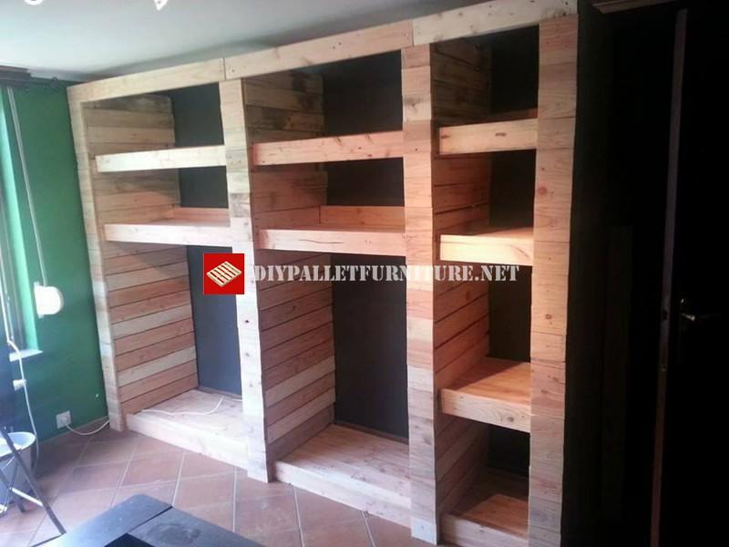 armario abierto con tablas de palets