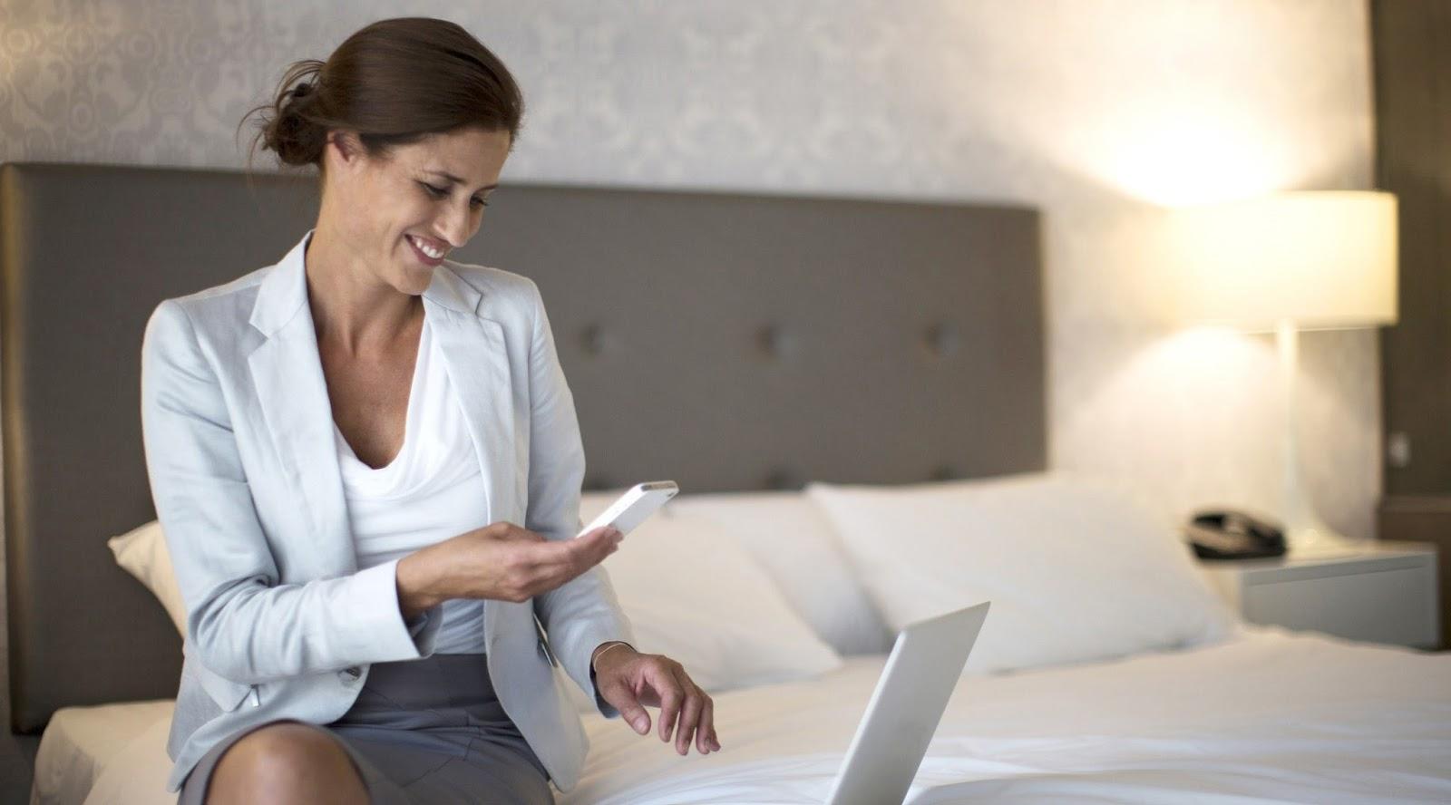wanita cantik online di kamar hotel