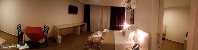Quarto 2301 com cama queen, tv, mesa, quarto anexo, no Best Western Tarobá Hotel