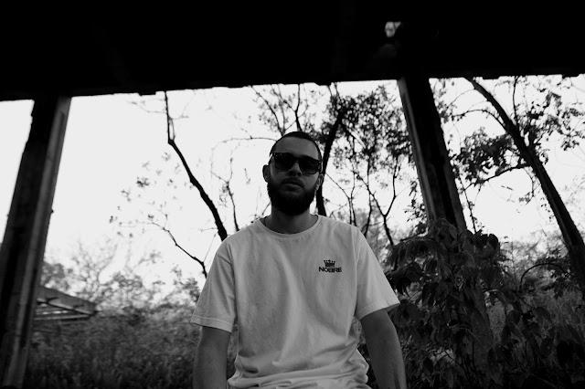 DÖ MC fala de ilusão no meio do rap em novo vídeo clipe.