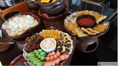 Ada macam-macam jajan pasar seperti gethuk, klepon dan gorengan yang sulit untuk ga dicomot. (Dok.Pri)