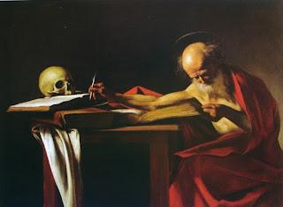 Obra de arte mostrando São Jerônimo, que usa um manto vermelho e tem uma pena de escrever em sua mão direita, trabalhando na tradução das Sagradas Escrituras, sobre as quais usa um crânio humano como peso de papel