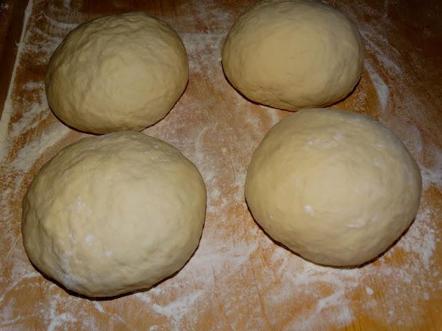 Ciasto na tradycyjną włoską pizzę