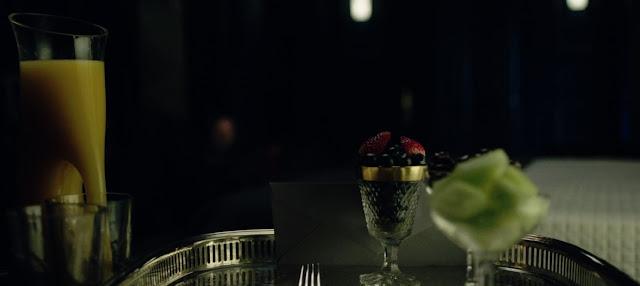 copas de cristan decoradas con oro, y frutos rojos y melón, bandeja de plata y zumo natural de naranja