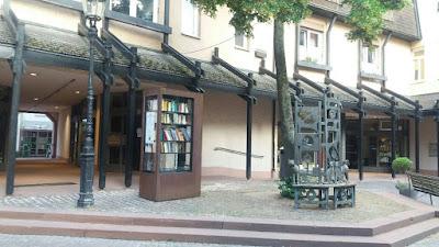 Bücherschrank passt sich gut ins Ambiente ein
