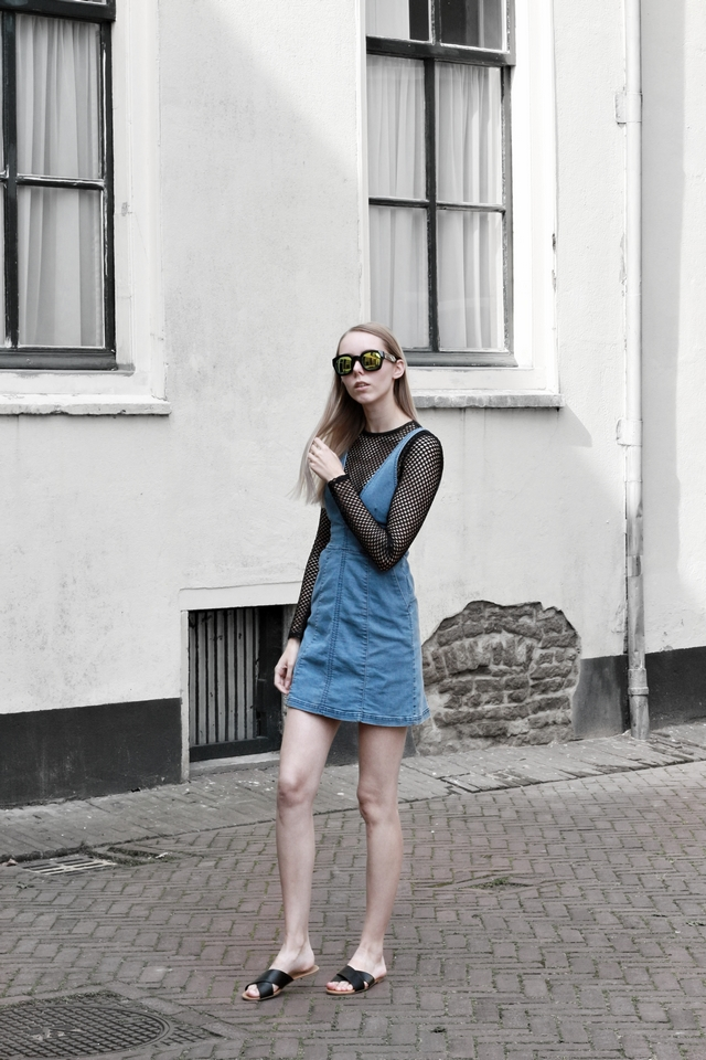 blogger outfit spijkerjurk denim salopette fishnet shirt zomer look