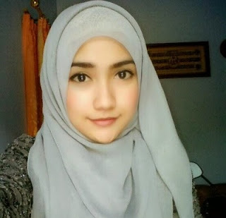 Wanita Berhijab Cantik Anggun