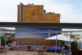 La piscina vista desde nuestra habitación en el Hotel Rull.