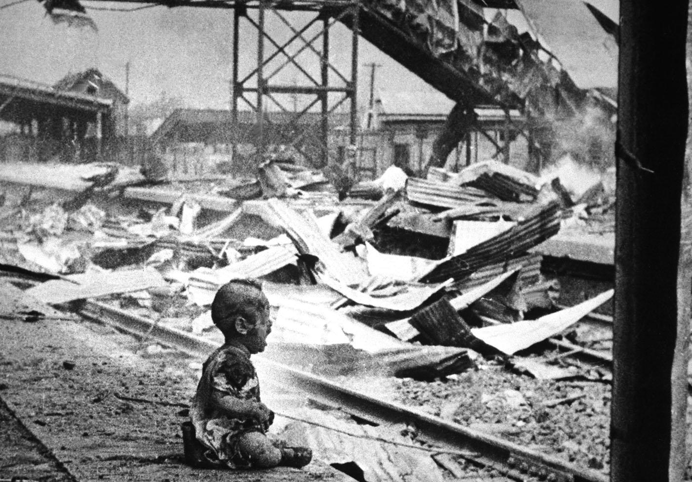 Sábado sangriento: un bebé chino llorando en medio de las ruinas bombardeadas de la estación de tren del sur de Shanghai, 1937