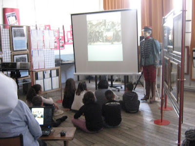 Les élèves découvrent le diaporama dans la salle du Mémorial