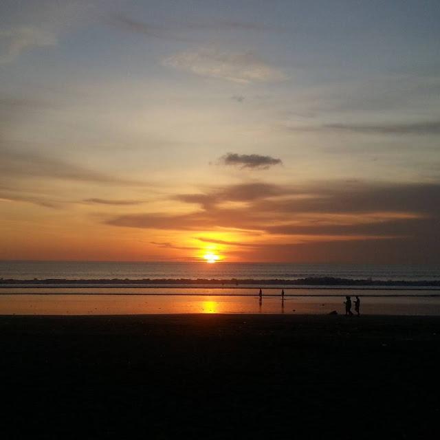 sunset indah di pantai lovina bali