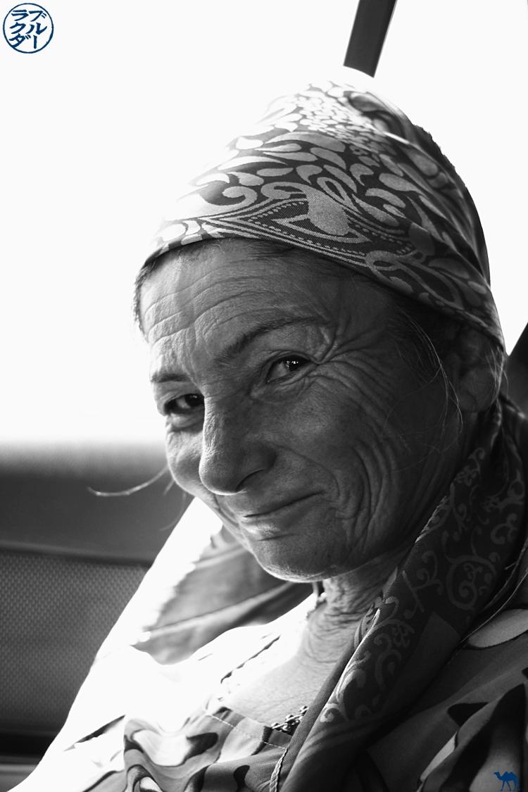 Le Chameau Bleu - Blog Voyage Ouzbékistan - Mami dans un taxi collectif ouzbek