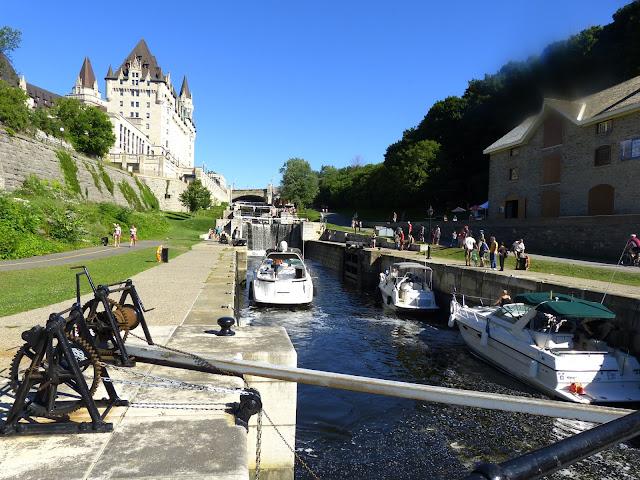 Die Schleusen des Rideau Canal in Ottawa sind die beeindruckendsten des 202 km langen Kanals. Hier gibt es 8 Schleusentore die einen Hoehenunterschied von 24 m ausgleichen.  Das Procedere der Schleusendurchfahrt dauert dabei in etwa 1,5 h..