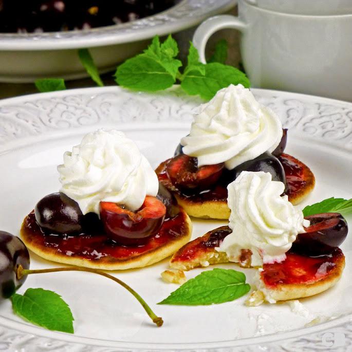 Recept Luchtige pannenkoekjes met verse kersen en slagroom