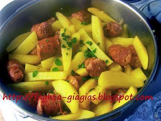 Λουκάνικα και πατάτες γιαχνί - από «Τα φαγητά της γιαγιάς»