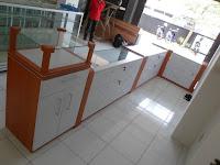 furniture semarang etalase kacamata lengkung