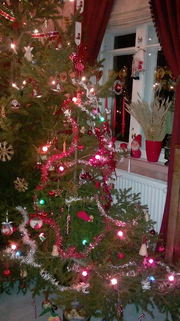 lasten oikea joulukuusi koristeltuna