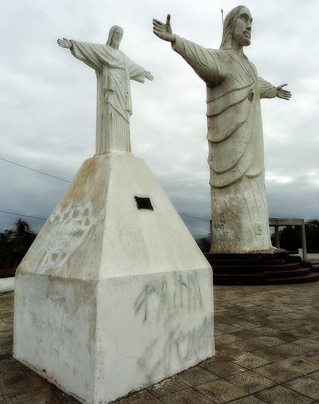 Réplicas do Cristo Redentor, no Morro do Cristo, em Barra Velha