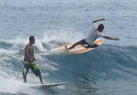 Para peselancar di Pantai Abasi