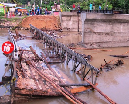Jembatan, Ambruk, Appabatu, Jadi ,Tontonan ,Warga ,Selayar