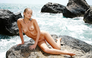Загорелая, мокрая, голая, девушка, красивая грудь, тело, ножки, поза, сидит, камень, вода, пена, море