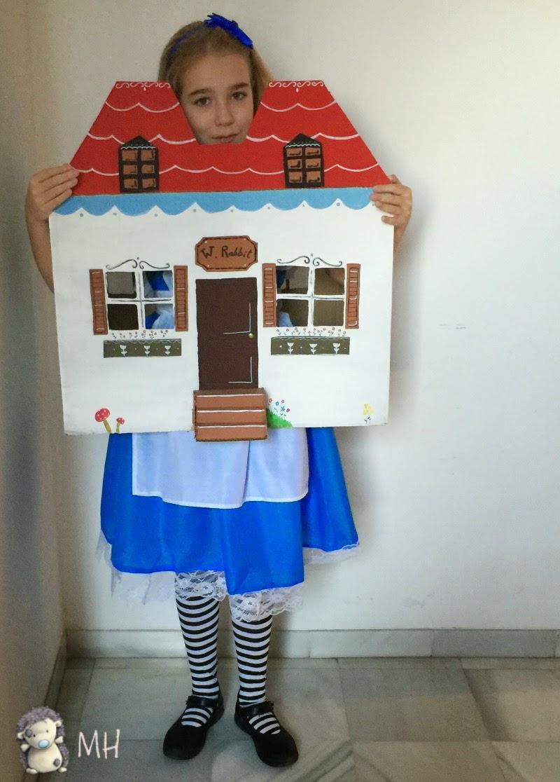 Disfraz de Alicia en el país de las maravillas en su casa