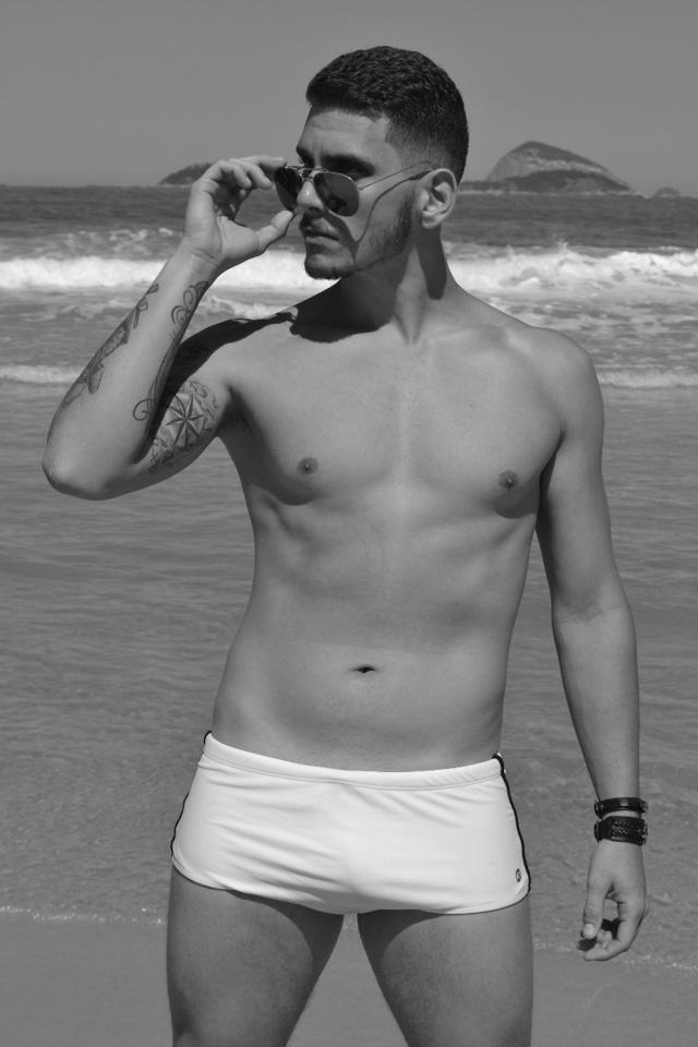 Lucas Monteiro, candidato a Mister Caxias 2017, posa de sunga para ensaio em praia do Rio. Foto: Sidney Boock