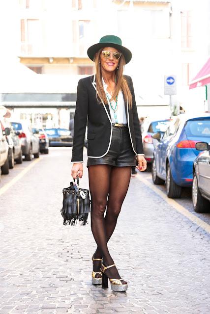 Blazer negro con ribetes blancos street style