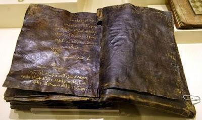 Biblia antigua escrita en letras de oro encontrada en Turquía