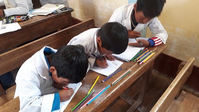 Heute hatte ich Schülergottesdienst in Guadalupe. 81 Teilnehmer konnte ich zählen. Wir hatten das Thema Vergebung ausgewählt. Die Jugend durfte den König und den vor ihm knieenden Angestellten zeichnen, der um Vergebung seiner großen Schuld gebeten hatte.