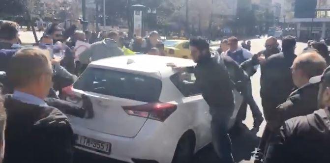 Εξαγριωμένοι οδηγοί ταξί κατά οδηγού Uber στην πλατεία Συντάγματος [Βίντεο]
