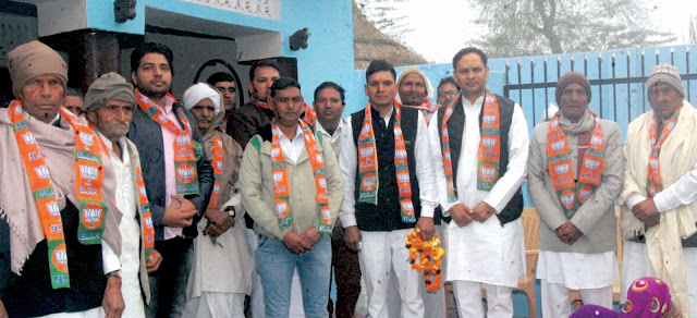In the presence of BJP leader Sohan Pal Singh, hundreds of youths in Vidal Bharat