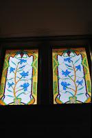 Vidrieras de una ventana decoradas con detalles modernistas