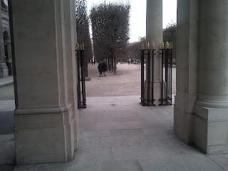 L'accès aux jardins, derrière les colonnes. Palais Royal.